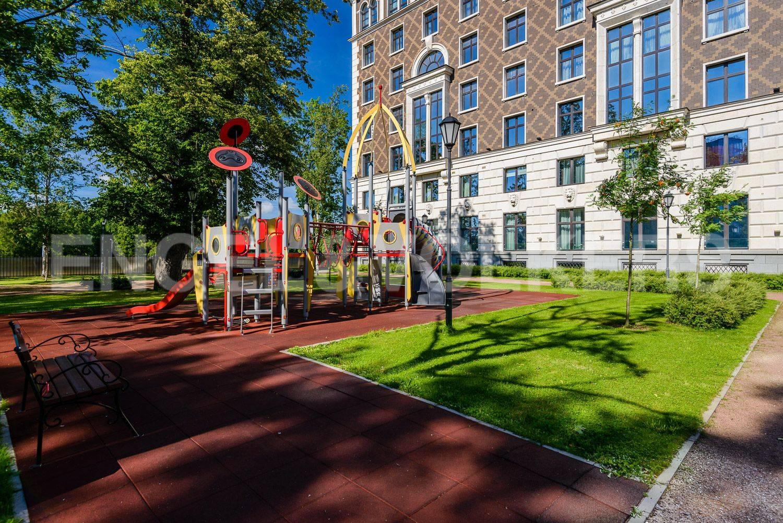 Благоустроенная территория с детской площадкой