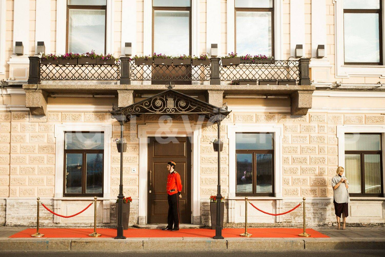 Элитные квартиры в Центральном районе. Санкт-Петербург, наб. Кутузова, 24. Парадный вход с наб. Кутузова