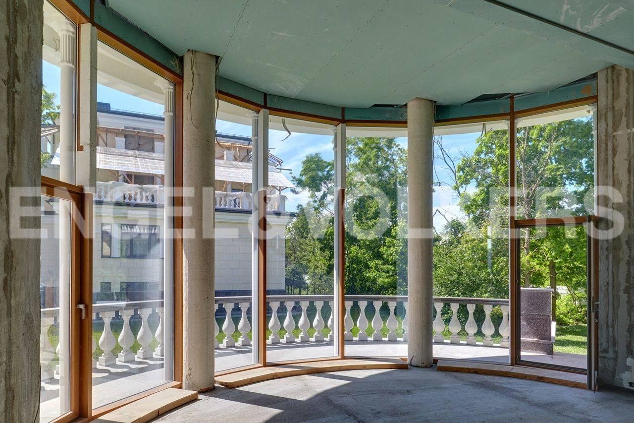 Элитные квартиры на . Санкт-Петербург, наб. реки Крестовки, 5Ж. Гостиная с панорамными окнами