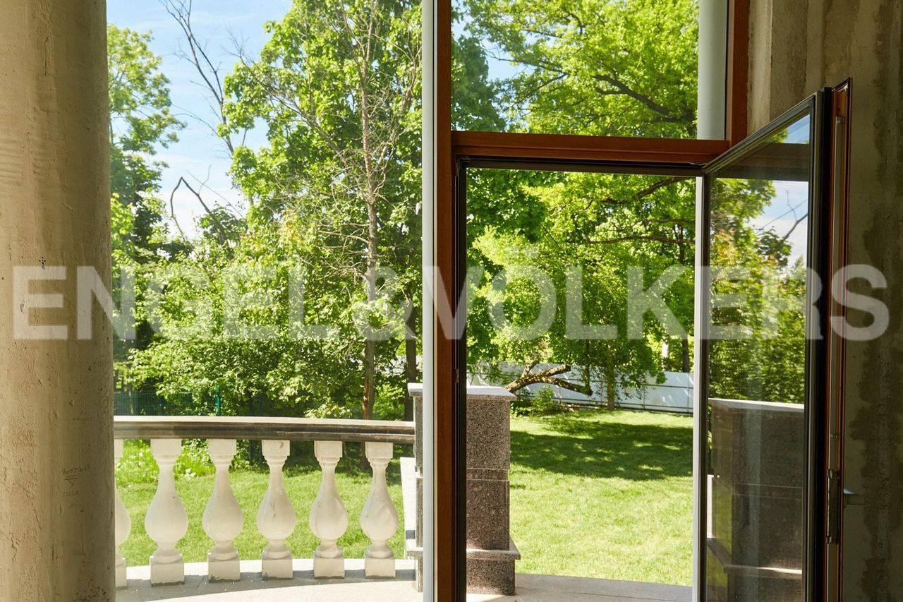 Элитные квартиры на . Санкт-Петербург, наб. реки Крестовки, 5Ж. Вид на лужайку с гостиной