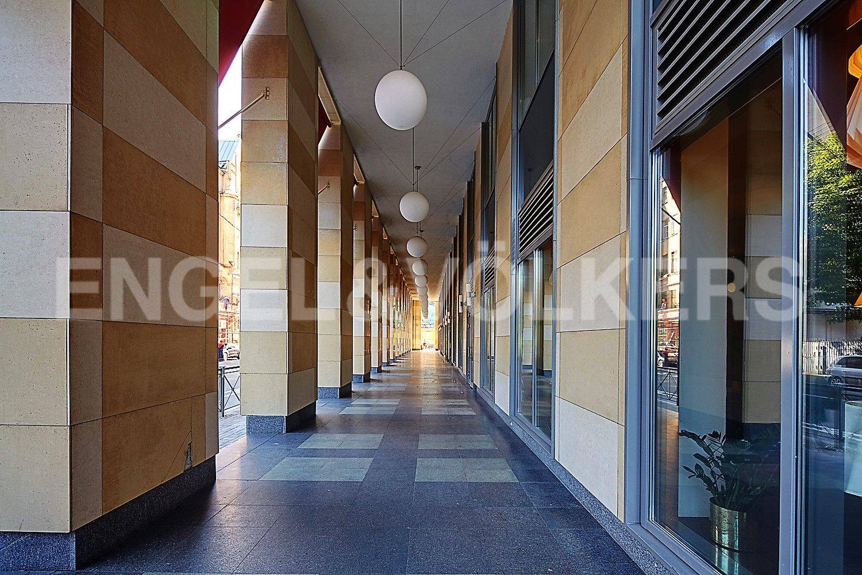 Элитные квартиры в Петроградском районе. Санкт-Петербург, Корпусная улица, 9. Галлерея у входа