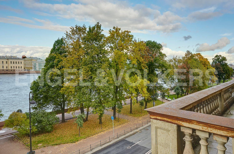 Элитные квартиры в Центральном районе. Санкт-Петербург, Адмиралтейская наб., 12-14. Фасадный балкон с видом на набережную