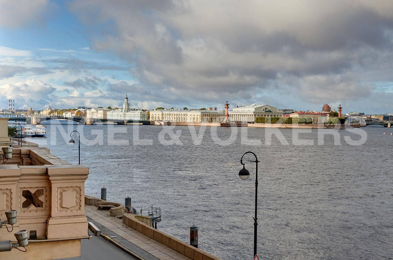 Элитные квартиры в Центральном районе. Санкт-Петербург, Дворцовая наб., 28. Фасадный балкон с видом на панораму акватории Невы