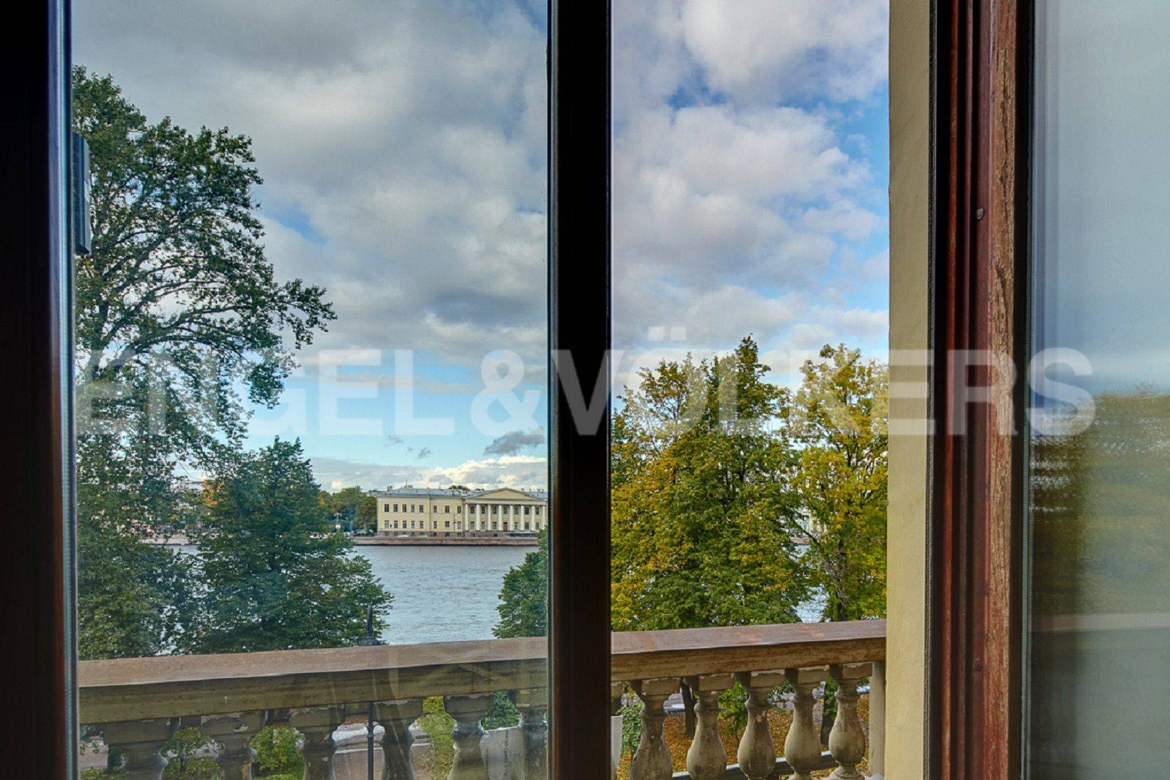 Элитные квартиры в Центральном районе. Санкт-Петербург, Адмиралтейская наб., 12-14. Балкон с видом на Адмиралтейскую набережную