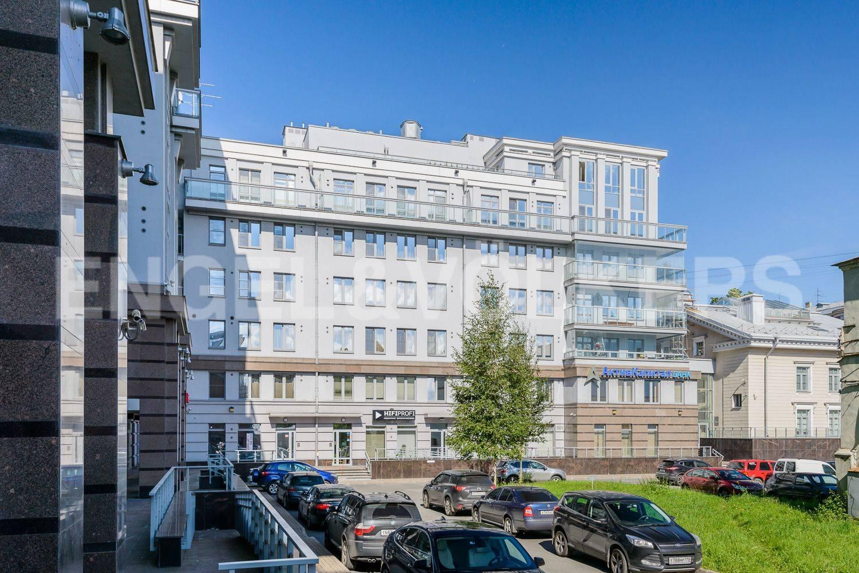 Элитные квартиры в Петроградский р-н. Санкт-Петербург, Каменноостровский пр.,62. Просторный двор с гостевой парковкой