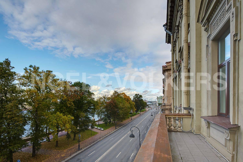 Элитные квартиры в Центральном районе. Санкт-Петербург, Адмиралтейская наб., 12-14. Фасадный балкон с панорамным видом