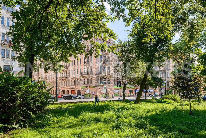 Элитные квартиры в Петроградском районе. Санкт-Петербург, Каменноостровский пр.,62. Сквер перед домом