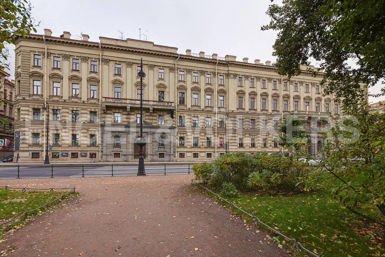 Элитные квартиры в Центральном районе. Санкт-Петербург, Адмиралтейская наб., 12-14. Фасадный парадный вход с набережной