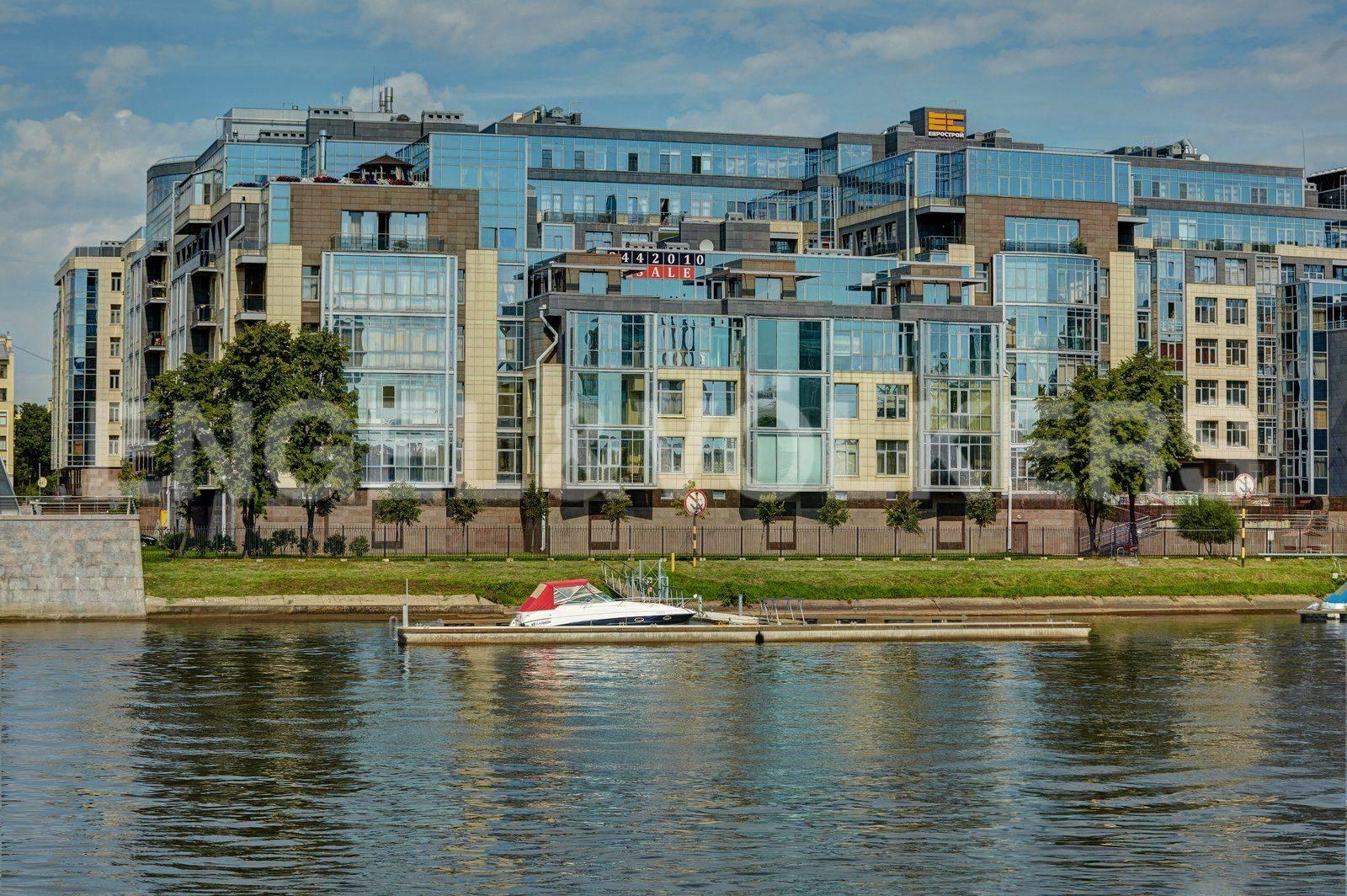 Элитные квартиры на . Санкт-Петербург, Вязовая, 10. Южный фасад комплекса, вид с М. Невки