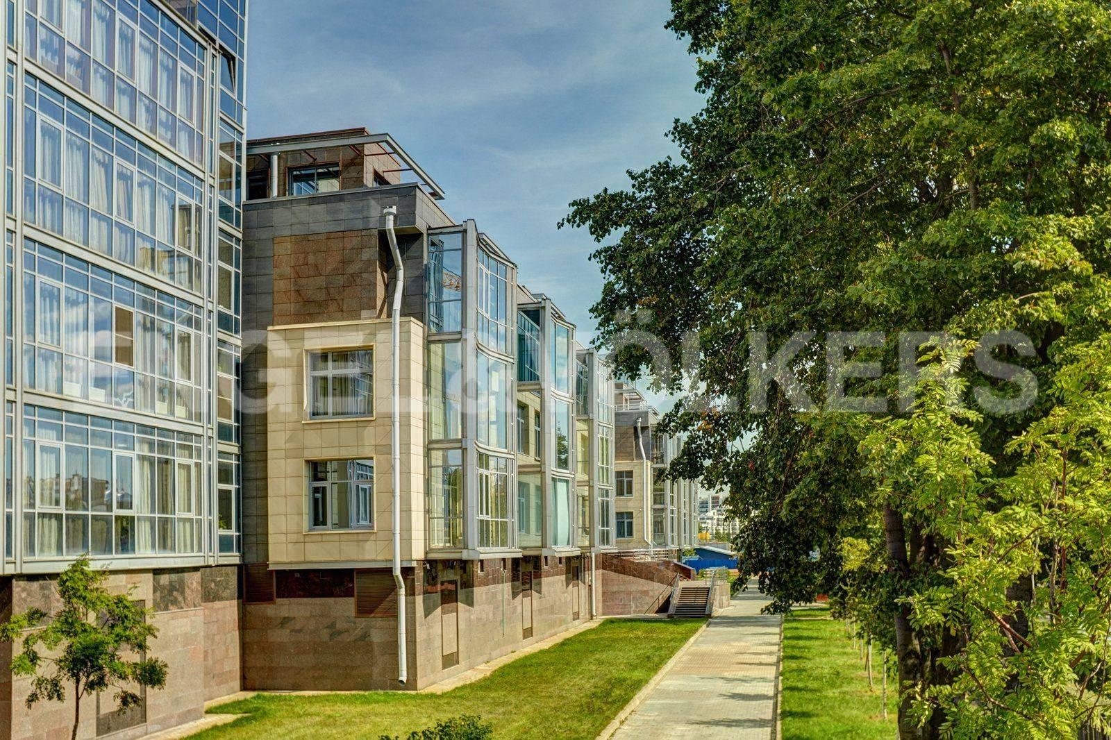 Элитные квартиры на . Санкт-Петербург, Вязовая, 10. Прогулочная набережная вдоль М. Невки
