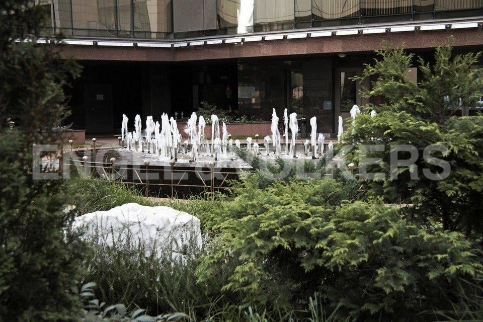 Элитные квартиры в Центральном районе. Санкт-Петербург, Большой Сампсониевский проспект, 4-6. Ландшафт территории комплекса с фонтаном