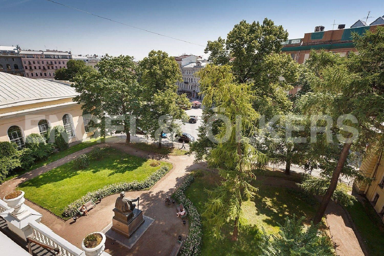 Элитные квартиры в Центральном районе. Санкт-Петербург, Итальянская, 12А. Старо-Манежный сквер перед фасадными окнами квартиры
