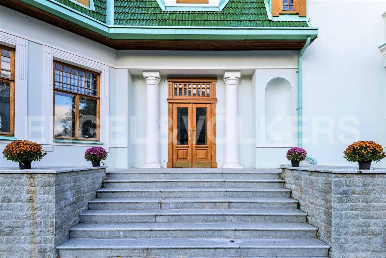 Элитные квартиры на . Санкт-Петербург, Большая аллея, 10 . Входная группа