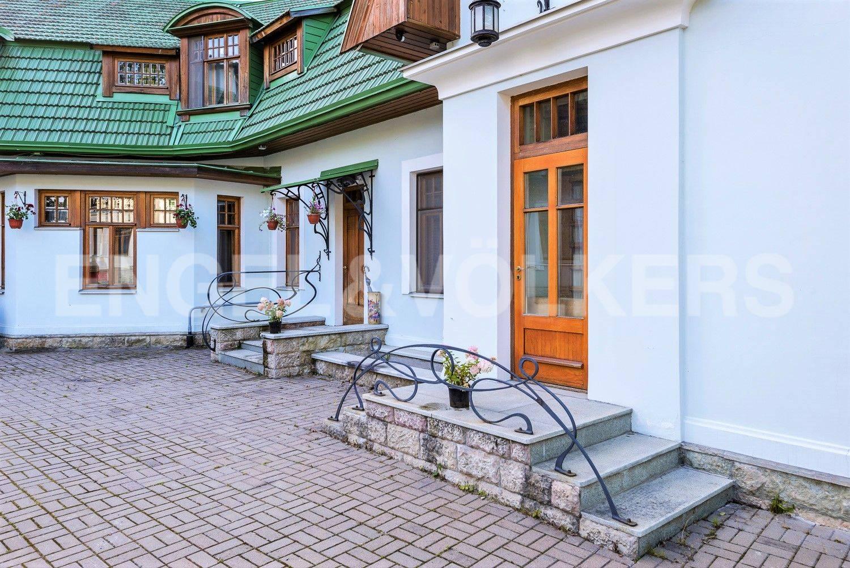 Элитные квартиры на . Санкт-Петербург, Большая аллея, 10 . Входная группа с элемнтами стиля Модерн