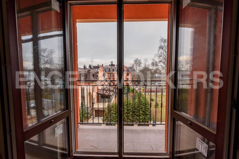Элитные квартиры в Приморском районе. Санкт-Петербург, Дибуновская улица, 34. Березовый сквер под окнами