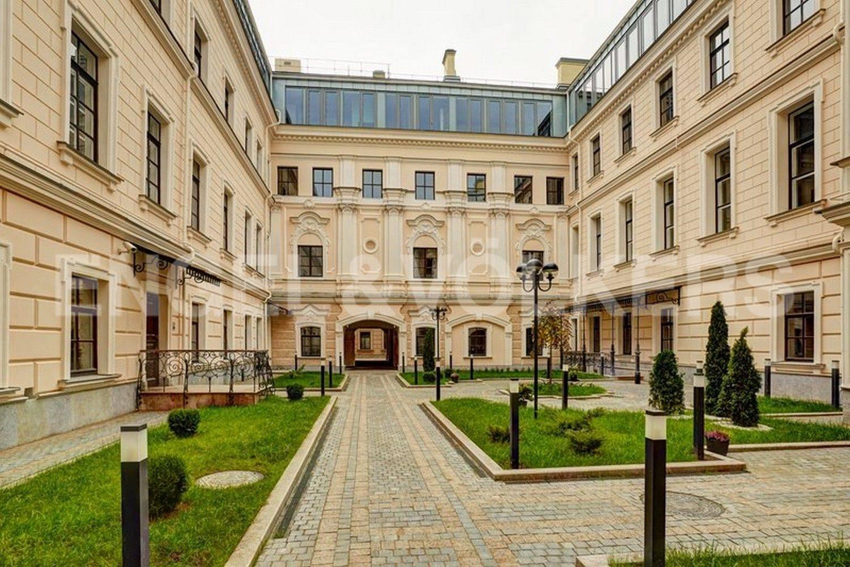 Элитные квартиры в Центральном районе. Санкт-Петербург, наб. Кутузова, 24. Благоустроенный внутренний Дворик патио