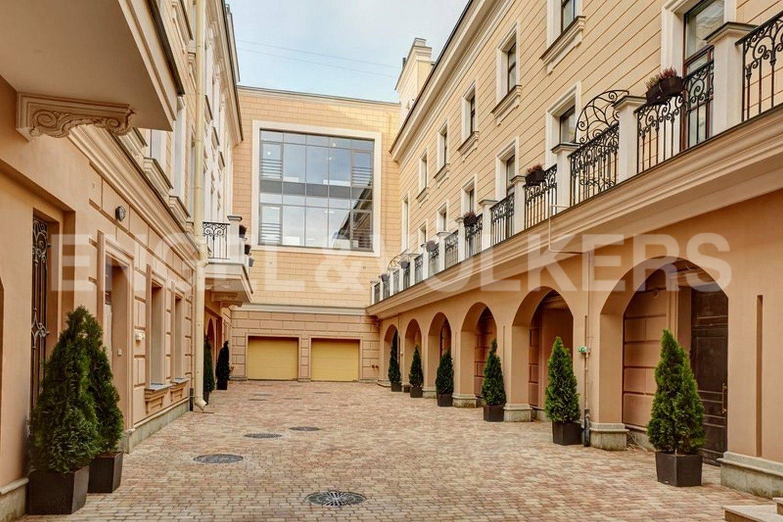 Элитные квартиры в Центральном районе. Санкт-Петербург, наб. Кутузова, 24. Малый внутренний двор. Вид на лофт