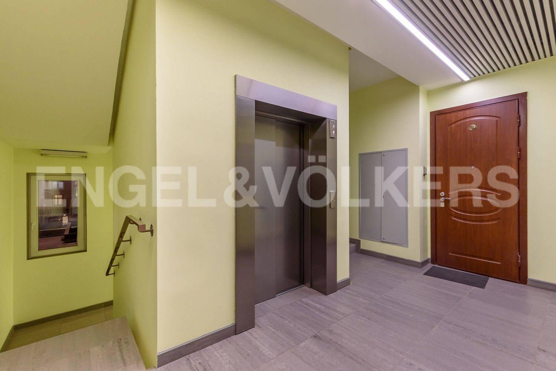 Элитные квартиры в Центральном районе. Санкт-Петербург, ул. Орловская, 1. Парадная на этаже с современным лифтом