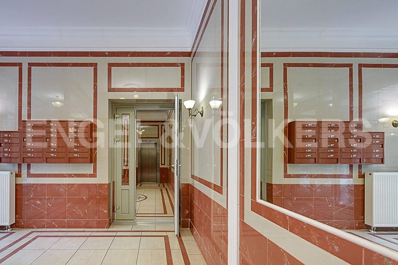 Элитные квартиры в Центральном районе. Санкт-Петербург, ул. Парадная, 3. Парадная дома с современным лифтом