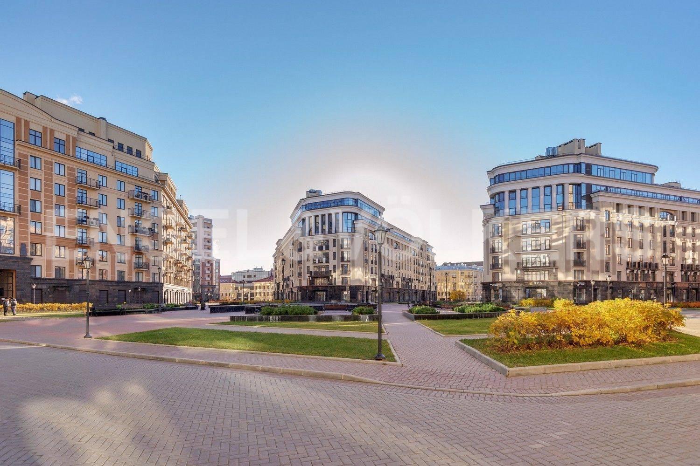 Элитные квартиры в Центральном районе. Санкт-Петербург, ул. Парадная, 3. Вид на фасад дома со стороны центральной площади комплекса