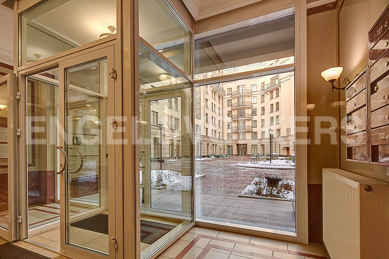 Элитные квартиры в Центральном районе. Санкт-Петербург, ул. Парадная, 3. Панорамные окна в парадной дома
