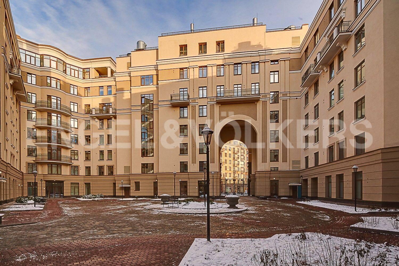 Элитные квартиры в Центральном районе. Санкт-Петербург, ул. Парадная, 3. Закрытый внутренний двор дома
