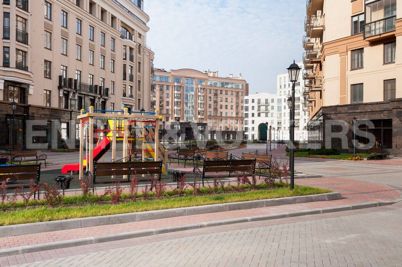 Элитные квартиры в Центральном районе. Санкт-Петербург, ул. Парадная, 3. Детская игровая площадка на территории комплекса рядом с домом