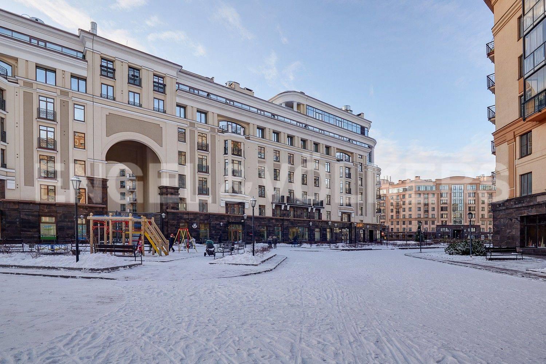 Элитные квартиры в Центральном районе. Санкт-Петербург, ул. Парадная, 3. Фасад дома со стороны детской площадки