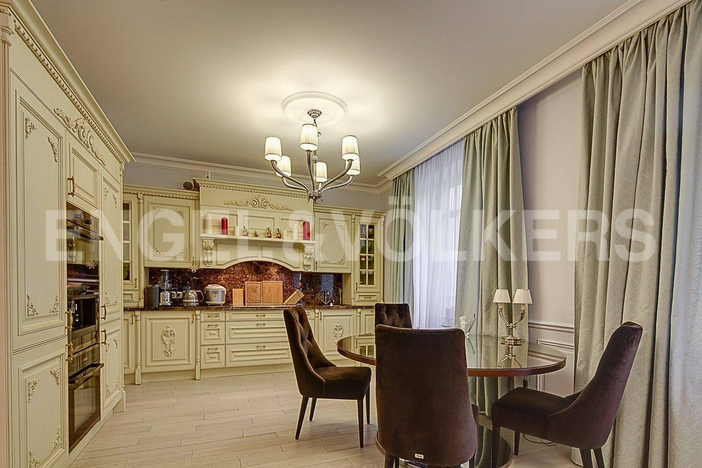 Элитные квартиры в Центральном районе. Санкт-Петербург, ул. Парадная, 3. Зона кухни-столовой в гостиной