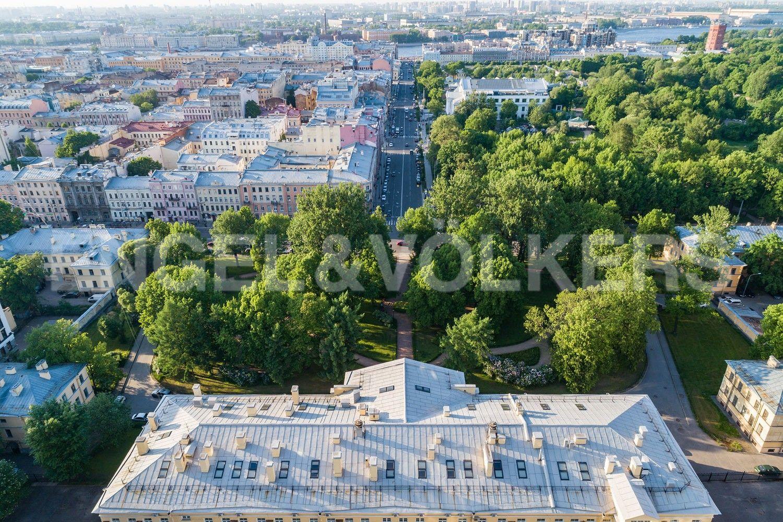 Элитные квартиры в Центральном районе. Санкт-Петербург, Парадная, 3, к. 2. Вид на парк