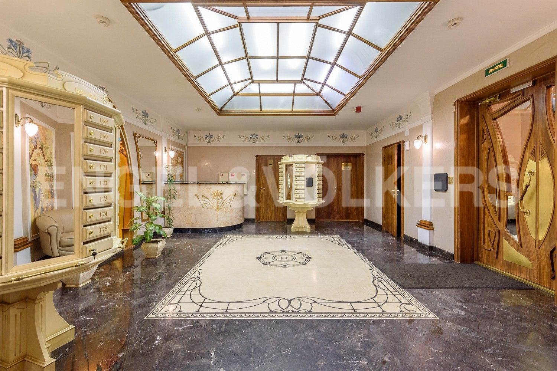 Элитные квартиры в Центральном районе. Санкт-Петербург, Большой Сампсониевский проспект, 4-6. Холл парадной в стиле Art Nouveau
