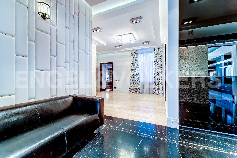 Элитные квартиры в Центральном районе. Санкт-Петербург, Манежный пер., 16. Холл-прихожая с гардеробными шкафами