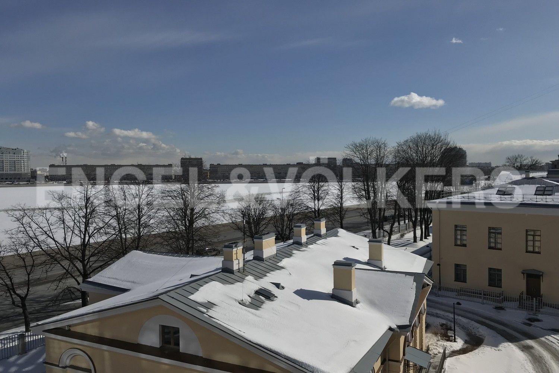 Элитные квартиры в Центральном районе. Санкт-Петербург, Смольного ул., 4. Вид из окон на набережную реки Невы