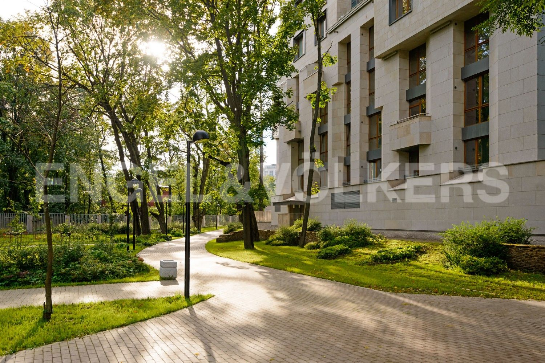 Элитные квартиры в Центральном районе. Санкт-Петербург, Смольного ул., 4. Окружение зелени на территории комплекса