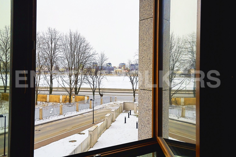 Элитные квартиры в Центральном районе. Санкт-Петербург, Смольного ул., 4. Вид из окон на сторону набережной реки Невы