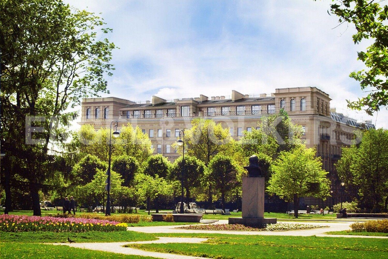 Элитные квартиры в Центральном районе. Санкт-Петербург, Смольного ул., 4. Сад Смольного собора