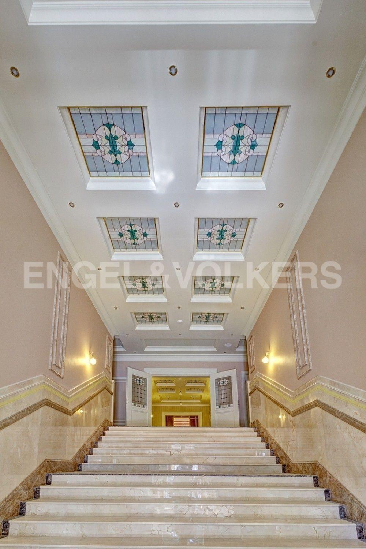 Элитные квартиры в Центральном районе. Санкт-Петербург, Конногвардейский б-р, д. 5. Парадная лестница главного входа