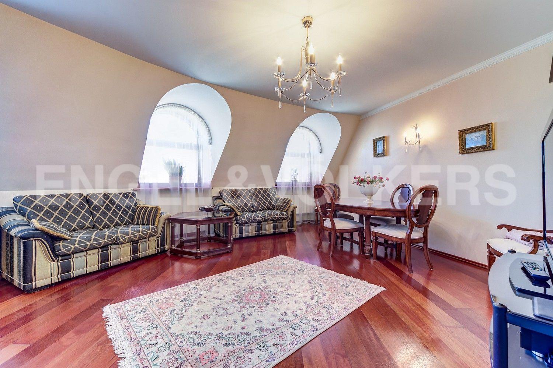 Элитные квартиры в Центральном районе. Санкт-Петербург, Конная, 13. Гостиная с арочными окнами