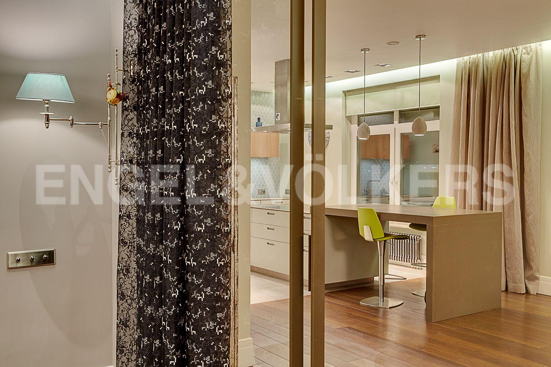 Элитные квартиры в Центральном районе. Санкт-Петербург, Кирочная, 64. Раздвижные стеклянные перегородки между гостиной и столовой