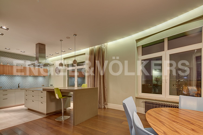 Элитные квартиры в Центральном районе. Санкт-Петербург, Кирочная, 64. Столовая со встроенной кухней