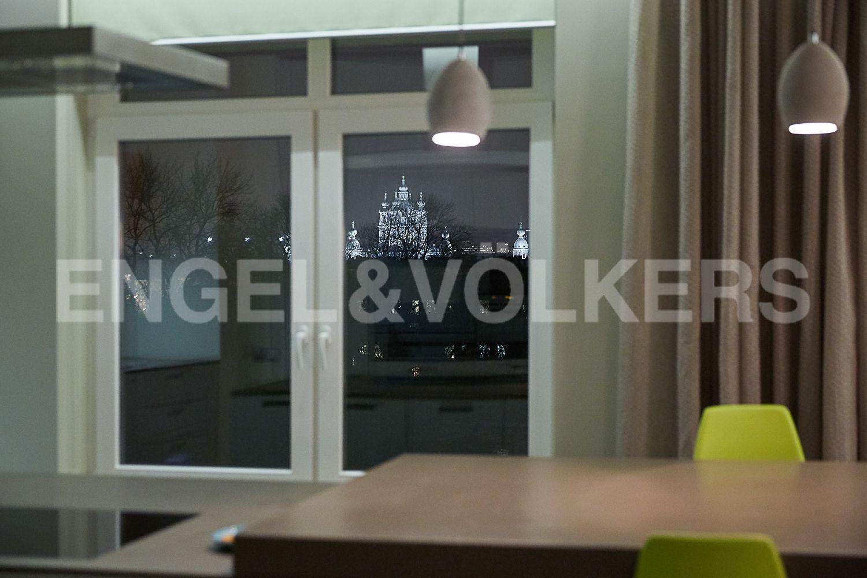 Элитные квартиры в Центральном районе. Санкт-Петербург, Кирочная, 64. Вечерний вид из окна на Смольный собор