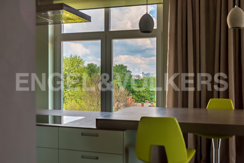 Элитные квартиры в Центральном районе. Санкт-Петербург, Кирочная, 64. Вид из окна кухни-столовой в сторону Смольного собора