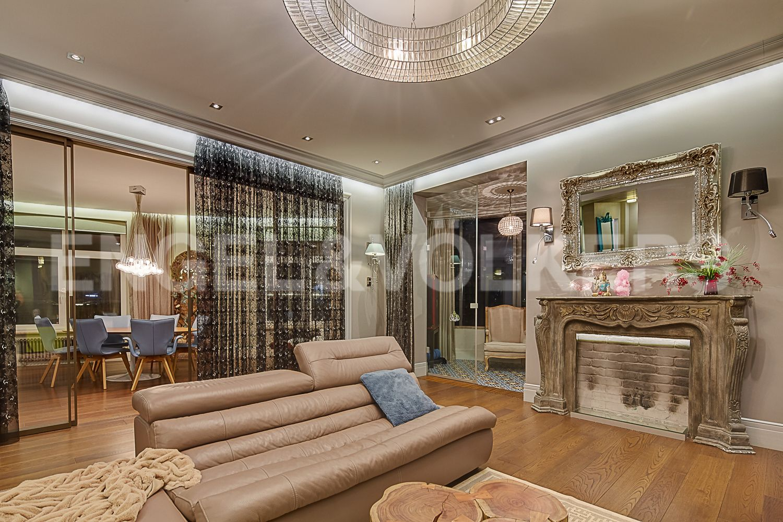 Элитные квартиры в Центральном районе. Санкт-Петербург, Кирочная, 64. Стилизованный камин в гостиной