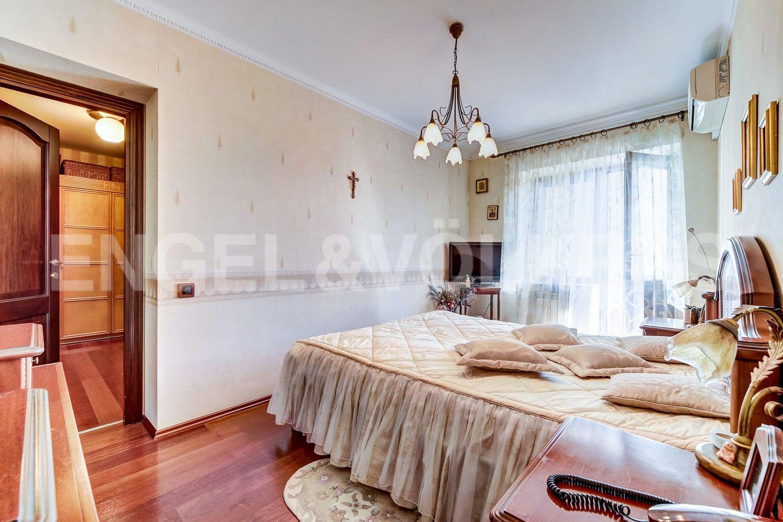 Элитные квартиры в Центральном районе. Санкт-Петербург, Конная, 13. Основная спальня с выходом на балкон