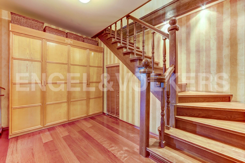 Элитные квартиры в Центральном районе. Санкт-Петербург, Конная, 13. Лестница на второй уровень квартиры