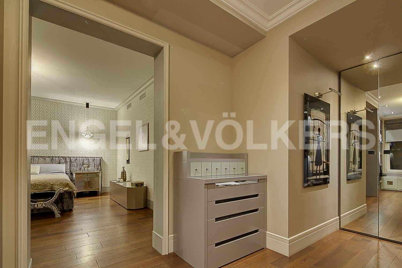 Элитные квартиры в Центральном районе. Санкт-Петербург, Кирочная, 64. Вход в основную спальню из гардеробной