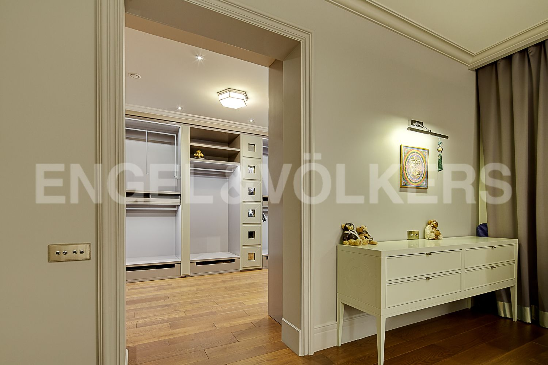 Элитные квартиры в Центральном районе. Санкт-Петербург, Кирочная, 64. Вход в гардеробную из основной спальни