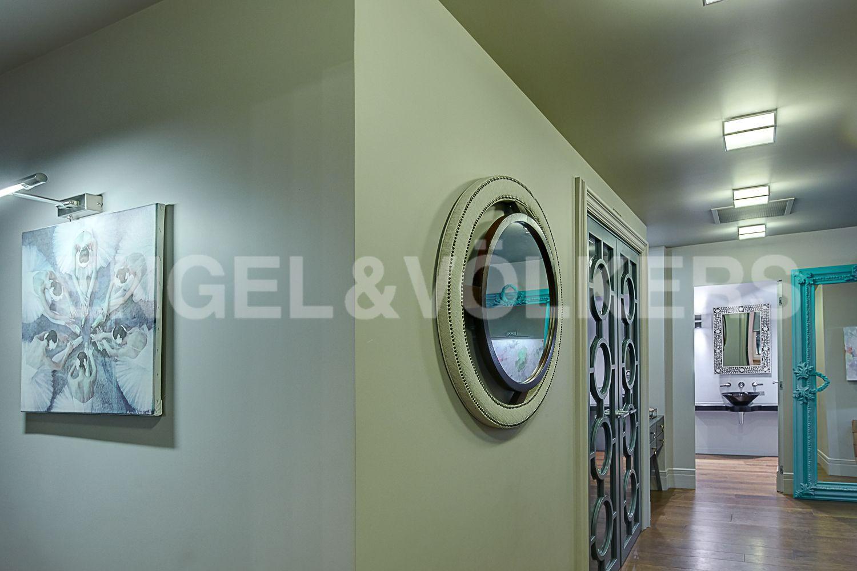 Элитные квартиры в Центральном районе. Санкт-Петербург, Кирочная, 64. Предметы декора в холле