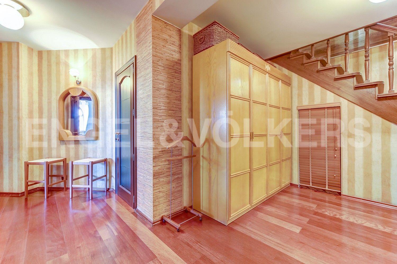 Элитные квартиры в Центральном районе. Санкт-Петербург, Конная, 13. Холл первого уровня квартиры