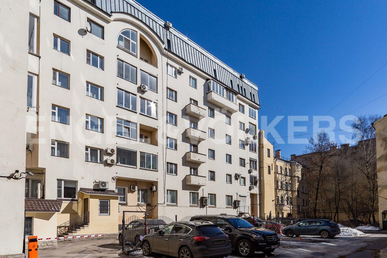 Элитные квартиры в Центральном районе. Санкт-Петербург, Конная, 13. Парковочные места под видеонаблюдением во дворе